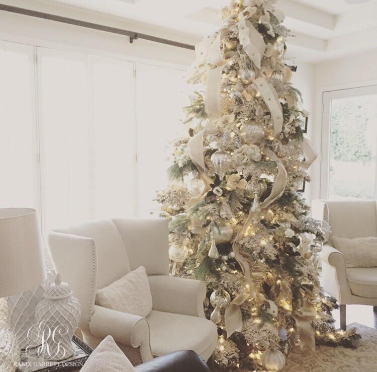 White Christmas Tre: Elegant White Christmas Family Room Details