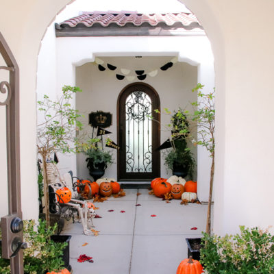 5 Days of Halloween – Day 1 Classic Halloween Porch and Entry Table