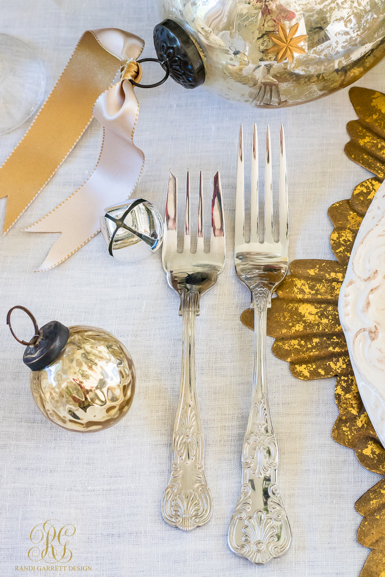 elegant-silver-and-gold-christmas-place-setting