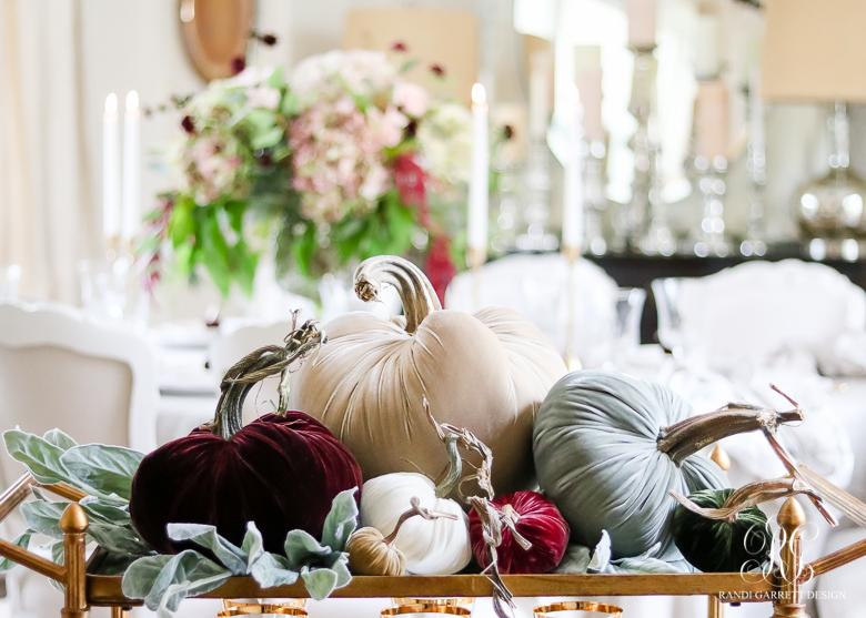 hot-skwash-velvet-pumkins-traditional-thanksgiving-table
