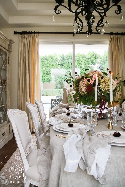 elegant-thanksgiving-tablescape-velvet-pumpkins