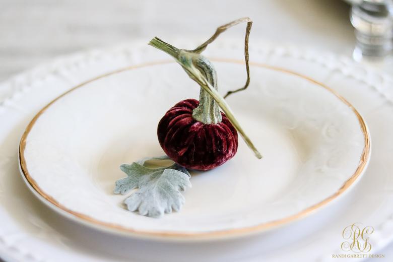 mini-velvet-pumpkin-thanksigivng-table