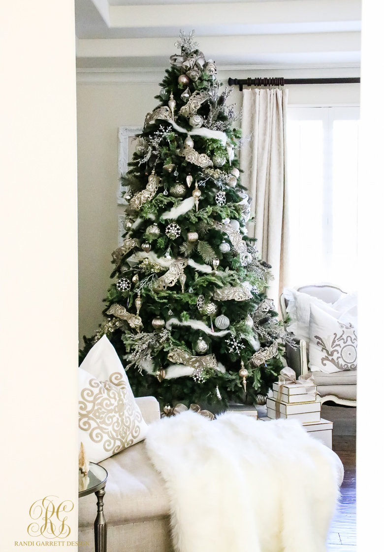 christmas-tree-with-elegant-decorations