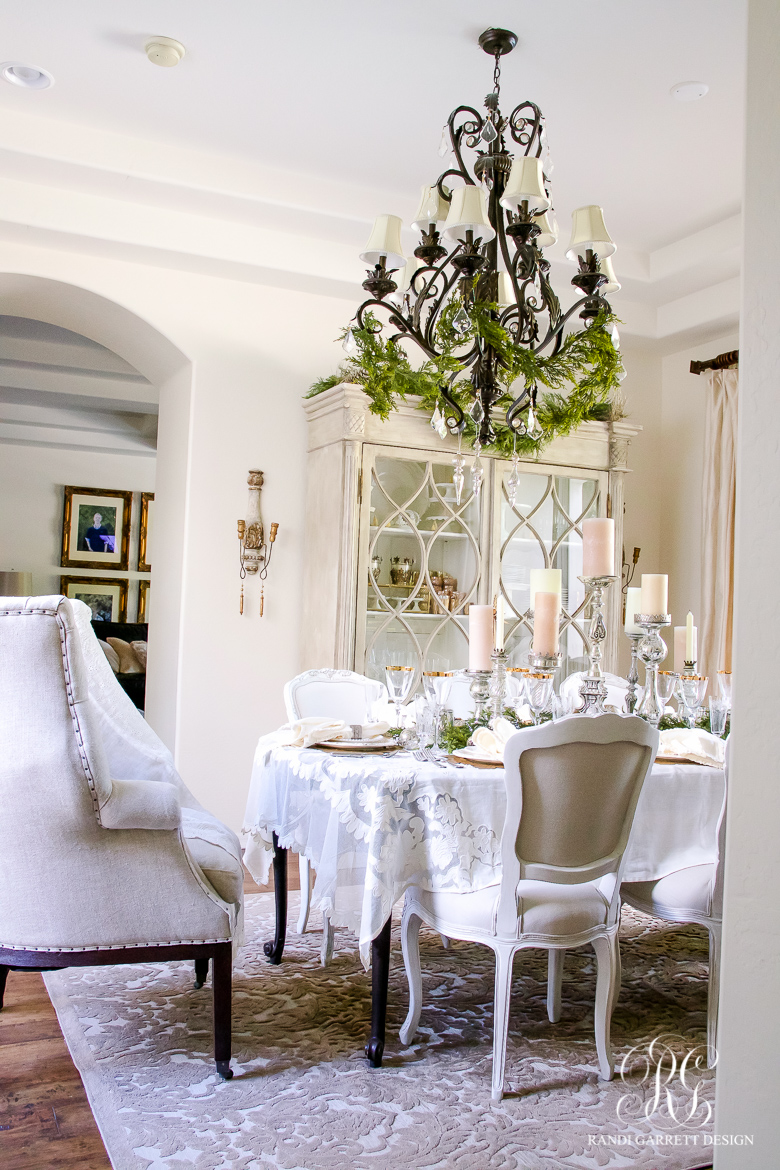 Elegant white and gold christmas dining room and table scape for Ideas to decorate dining room table for christmas