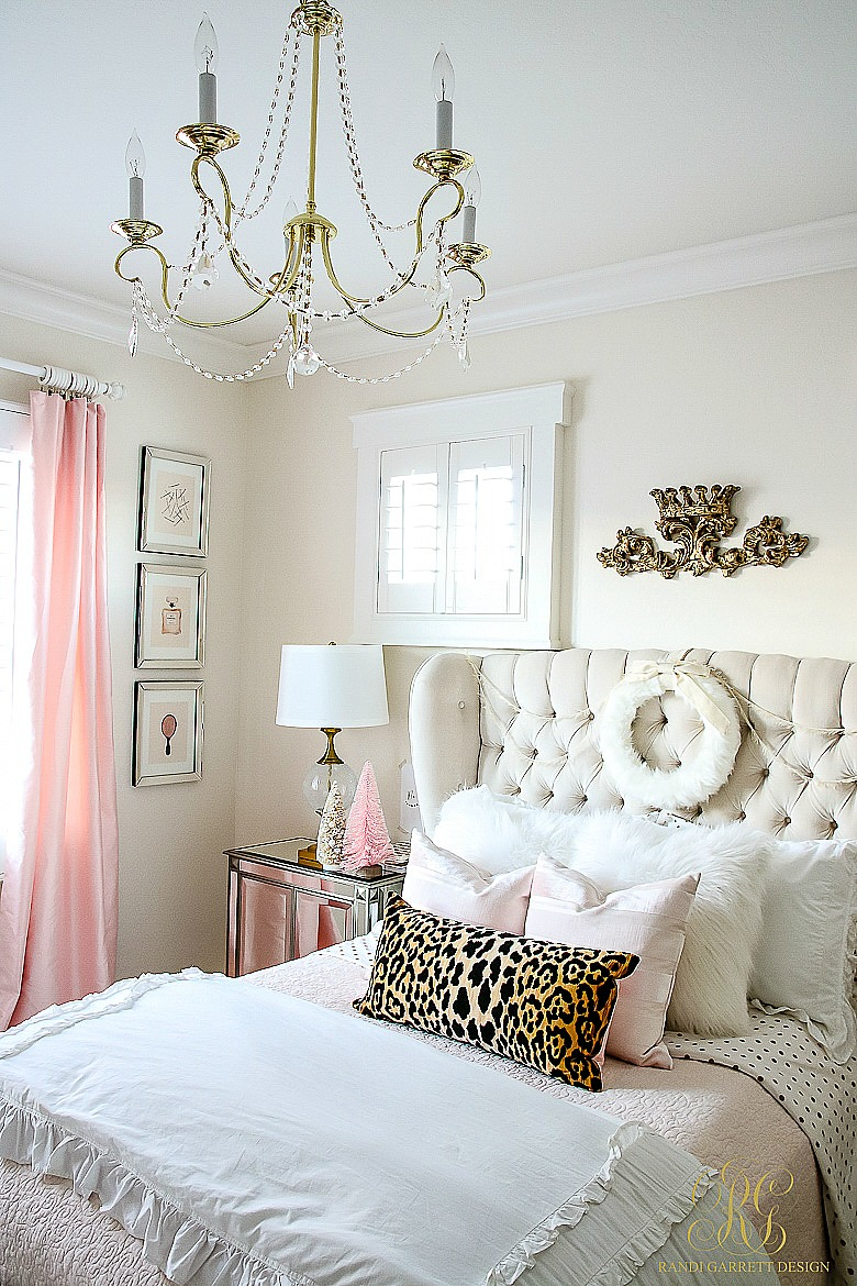 pink-and-gold-bedroom-decorated-for-christmas-2