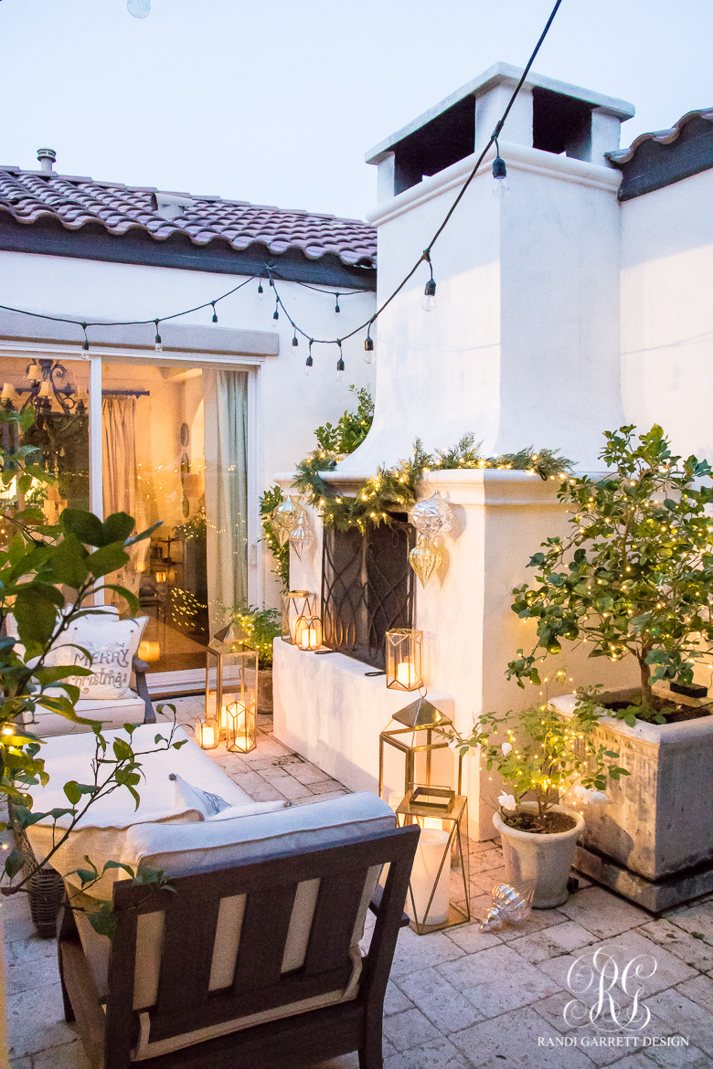 silver-and-gold-christmas-courtyard