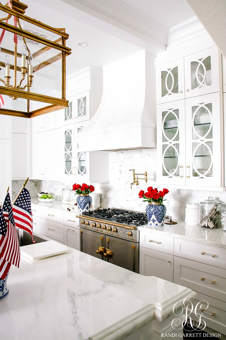 Patriotic kitchen - Fill Blue And White Ginger Jars With Red Roses For A Simple Patriotic Arrangement