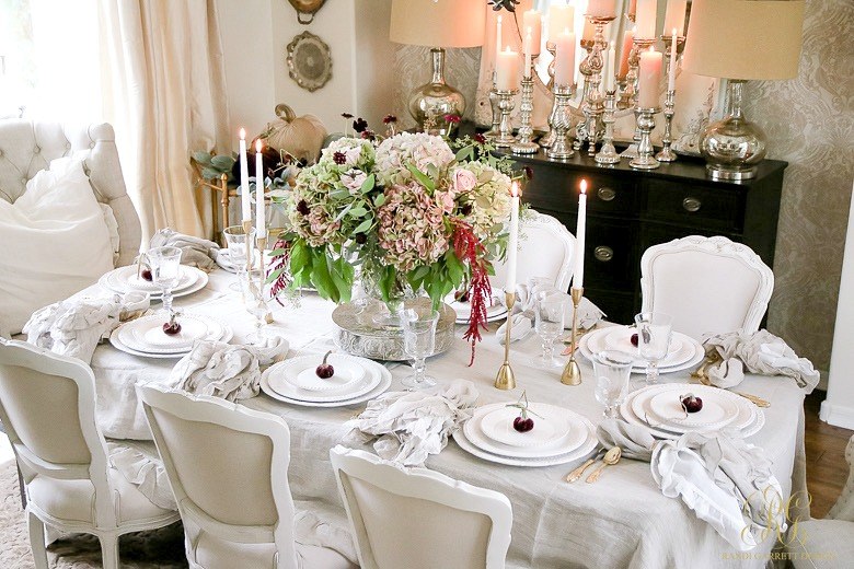 This Table Is Elegant And Simple Use A Linen Cloth With Napkins White Dishes Create Pop Beautiful Centerpiece Fresh Flowers