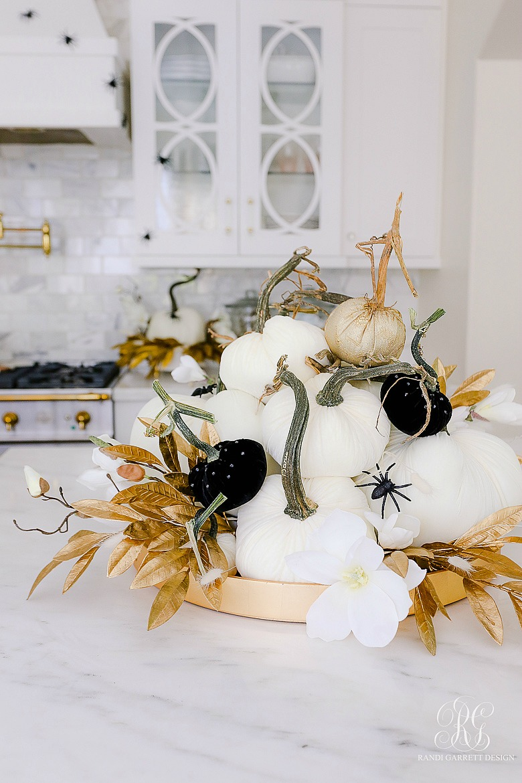 white pumpkin halloween pile