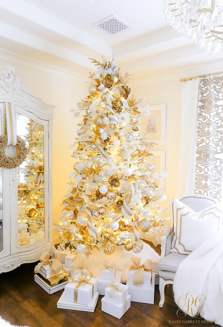 Elegant White and Gold Christmas tree